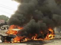 Atentado a mercado no noroeste do Paquistão deixou ao menos 15 mortos e 20 feridos. Explosão ocorreu perto de gabinete do governo mas não está claro se esse era o alvo do ataque. 17/12/2012 REUTERS/Ameerzada Afridi