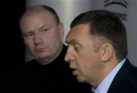 Norilsk Nickel Chairman Vladimir Potanin (L) listens as Oleg Deripaska, UC RUSAL's majority owner, speaks during a news conference in Moscow November 25, 2008. REUTERS/Sergei Karpukhin