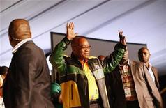O presidente Jacob Zuma acena na chegada da 53o Conferência Nacional de seu partido em Bloemfontein. A polícia sul-africana desbaratou um plano de supostos ativistas africâneres de ultradireita para explodir uma bomba numa conferência do partido governista Congresso Nacional Africano, com a presença do presidente Jacob Zuma e de dezenas de outras autoridades. 16/12/2012 REUTERS/Mike Hutchings