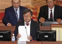 Премьер-министр Киргизии Жанторо Сатыбалдиев на заседании парламента в Бишкеке 5 сентября 2012 года. Сатыбалдиев назвал маловероятным рост ВВП по итогам 2012 года на фоне резкого сокращения добычи золота, главного драйвера её экономики. REUTERS/Vladimir Pirogov