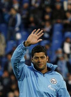 Zenit St. Petersburg's new signing Hulk waves to the fans before their Russian championship soccer match against Terek Groznyi at the Petrovsky Stadium in St. Petersburg, September 14, 2012. REUTERS/Alexander Demianchuk