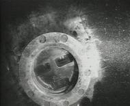 Фото детали инструмента, виднеющейся в обломках советской подлодки на дне Балтики у шведского острова Эланд. Фото получено Рейтер 17 декабря 2012 года. Лодка найдена на дне спустя 71 год после исчезновения, сообщили в понедельник шведские военные. REUTERS/Swedish Defence Forces/ Handout via Scanpix