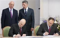 Gas Natural ha presentado cargos contra el hombre sospechoso de presentarse como un representante de la compañía española para firmar un contrato de gas por valor de 1.100 millones de dólares con el gobierno ucraniano. En la imagen, el primer ministro de Ucrania, Mykola Azarov (I) y el ministro de Energía Yuri Boiko (2º D) hablan mientras Vladislav Kaskiv (D), jefe de la agencia de inversión estatal de Ucrania, y un hombre que la agencia de inversión estatal identificó como Jordi Sarda Bonvehi (2º I) firman lo que el gobierno dijo era un acuerdo para construir una terminal de gas natural licuado en Ucrania, durante una reunión en Kiev, el 26 de noviembre de 2012. REUTERS/Stringer
