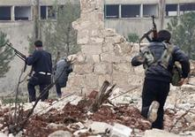 Free Syrian Army fighters run during clashes with forces loyal to Syria's President Bashar al-Assad in Ouwayjah village in Aleppo December 17, 2012. REUTERS/Zain Karam (SYRIA - Tags: CONFLICT)