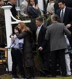 La pequeña localidad estadounidense de Newtown, en Connecticut, celebraba el lunes los primeros dos de los 20 funerales de los niños que murieron la semana pasada asesinados en sus aulas, mientras el resto del país retomaba la actividad escolar con una seguridad reforzada. En la imagen, una mujer abraza a un niño en el exterior del tanatorio Honan, donde la familia del niño de seis años Jack Pinto iba a celebra su funeral, en Newtown, Connecticut, el 17 de diciembre de 2012. REUTERS/Mike Segar