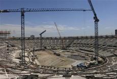 Construção continua no Estádio do Maracanã, em preparação para a copa das confederações em 2013, no Rio de Janeiro. O Brasil, como a maioria das nações, tem seus problemas, mas um deles parece estar desaparecendo: a ideia de que o país não estará pronto para receber a Copa do Mundo dentro de 18 meses. 08/12/2012 REUTERS/Gary Hershorn