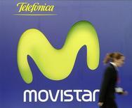 Frappés par la récession et le chômage, les Espagnols renoncent dans des proportions record à l'usage du téléphone portable. Pour le seul mois d'octobre, l'opérateur Movistar, filiale de Telefonica, a enregistré 284.000 fermetures de ligne. Au total, 486.000 lignes ont été interrompues et le nombre de lignes de téléphonie mobile en service en Espagne a chuté de 3,8% sur un an /Photo d'archives/REUTERS/Albert Gea