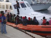 Migranti appena sbarcati in Italia. REUTERS/Coast guard Press Office/Handout (