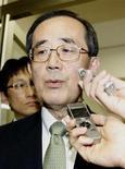 El Banco de Japón aliviará su política monetaria esta semana y estudiará la adopción de un objetivo de inflación del 2 por ciento a más tardar en enero, dijeron fuentes el martes, respondiendo a la presión del próximo primer ministro, Shinzo Abe, de redoblar los esfuerzos para vencer a la deflación. Imagen del gobernador del Banco de Japón, Masaaki Shirakawa, respondiendo a periodistas tras un encuentro con el líder del Partido Liberal Demócrata y próximo primer ministro Shinzo Abe en su sede en Tokio el 18 de diciembre. REUTERS/Kyodo