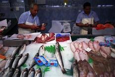 La mora en comercios continuó descendiendo en términos interanuales en octubre aunque a un ritmo menor que en el mes anterior, según datos divulgados el martes por el Instituto Nacional de Estadística (INE). En la imagen de archivo, un puesto de pescado en un mercado de Madrid, el 4 de septiembre de 2012. REUTERS/Susana Vera