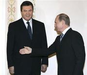 Российский президент Владимир Путин приглашает на переговоры украинского премьера Виктора Януковича во время встречи в подмосковной резиденции в Новоогареве 30 ноября 2006 года. Намеченный на вторник визит президента Украины Виктора Януковича, с которым связывали надежды на снижение цены российского газа для Киева в обмен на сближение с Москвой, не состоится, сообщили обе стороны. REUTERS/ITAR-TASS/PRESIDENTIAL PRESS SERVICE