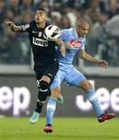 Paolo Cannavaro (a destra) durante una partita del Napoli contro la Juve. REUTERS/Tony Gentile