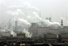 Dois funcionários morreram após um forno de uma usina da Baosteel cair e derramar ferro derretido. 25/02/2005 REUTERS/Claro Cortes