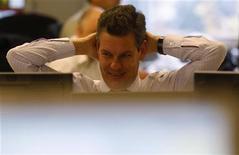 El Tesoro español puso el broche final al calendario financiero de este año con una última subasta de letras a corto plazo en la que colocó algo más de la meta establecida de 3.500 millones de euros con unos tipos levemente más bajos que los anteriores en un clima favorecido por un recorte de la prima de riesgo. En la imagen, un trader durante una subasta de bonos en Madrid, el 13 de diciembre de 2012. REUTERS/Sergio Pérez