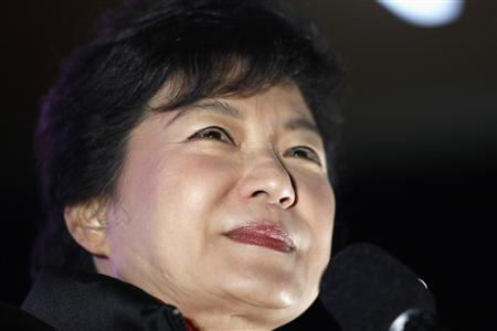 South Korea's presidential candidate Park Geun-hye of conservative and right wing ruling Saenuri Party attends an election campaign rally in Daejeon, south of Seoul, December 18, 2012. REUTERS/Kim Hong-Ji