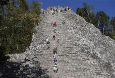Unas palabras de un experto estadounidense, un monumento mexicano que se desmorona y el amor por una buena historia era todo lo que se necesitaba para propagar la creencia de que el mundo puede terminar esta semana. En la imagen, turistas escalan la pirámide maya de Nohoch Mul en el sitio arqueológico de Coba, el 15 de diciembre de 2012. El 21 de diciembre se marca como el final de una era en el antiguo calendario maya de 5.125 años. REUTERS/Victor Gerardo Ruiz Garcia
