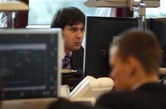 Impiegati al lavoro in una banca. REUTERS/Tony Gentile