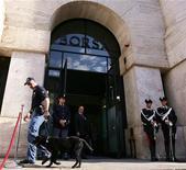 Sede della Borsa, controllo di polizia prima dell'assemblea annuale. Milano, 15 luglio 2005. REUTERS/Daniele La Monaca