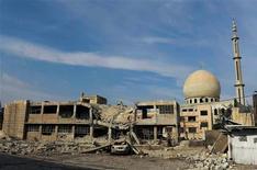 Desde el centro de Damasco, los sirios pueden ver las columnas de humo que se elevan al cielo y sentir los edificios que tiemblan con las explosiones, advirtiéndoles de que la línea del frente se acerca cada vez más. En esta imagen, edificios y una mezquita dañados en Daraya, cerca de Damasco, el 16 de diciembre de 2012. REUTERS/Hussam Chamy