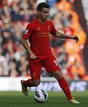 """El delantero español del Liverpool Suso ha sido multado con 10.000 libras (unos 12.400 euros) por un comentario que colgó en Twitter, dijo el martes la federación inglesa de fútbol (FA). En la imagen de archivo, el jugador del Liverpool Suso conduce el balón durante un partido de la Premier League contra el Stoke City en el estadio de Anfield, en Liverpool, el 7 de octubre de 2012. REUTERS/Phil Noble SOLO PARA USO EDITORIA. PROHIBIDO SU VENTA PARA CAMPAÑAS DE MARKETING O PUBLICIDAD. PROHIBIDO SU USO CON AUDIO, VÍDEO, DATOS, LISTAS, LOGOS DE CLUB/LIGA O SERVICIOS """"LIVE"""" NO AUTORIZADOS. USO EN PARTIDOS ONLINE LIMITADO A 45 IMÁGENES, PROHIBIDO EN SIMULACIONES DE VÍDEO. PROHIBIDO SU USO EN APUESTAS, JUEGOS O PUBLICACIONES DE CLUB/LIGA/JUGADOR"""