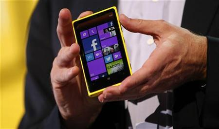 Microsoft CEO Steve Ballmer displays a Nokia Lumia 920 featuring Windows Phone 8 during an event in San Francisco, California October 29, 2012. REUTERS/Robert Galbraith/Files