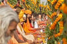 """Las personas sin afiliación religiosa suponen el tercer grupo más grande del mundo, según un estudio realizado sobre el tamaño de las fes del mundo, por detrás de los cristianos y los musulmanes y justo antes de los hindúes. En esta imagen, hombres sagrados hindúes, conocidos como """"sadhus"""", rezan por una celebración pacífica del festival """"Kumbh Mela"""", a la orilla del Ganges, en la ciudad india de Alahabad, el 17 de diciembre de 2012. REUTERS/Jitendra Prakash"""