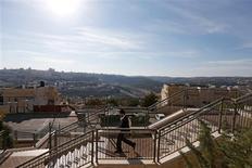 Las autoridades israelíes dijeron que esta semana seguirán adelante con sus planes para construir 6.000 casas para colonos sobre tierras reivindicadas por los palestinos, desafiando a las críticas de potencias occidentales que temen que eso afecte a las ya débiles esperanzas de un acuerdo de paz. En la imagen, un judío ultraortodoxo camina en Ramat Shlomo, un asentamiento judío en una zona de la ocupada Cisjordania anexa a Jerusalén, el 18 de diciembre de 2012. REUTERS/Ronen Zvulun