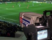 Los equipos de la Premier League podrían votar en febrero nuevos controles financieros diseñados para prevenir una nueva entrada de dinero procedente de los ingresos de televisión sea utilizado para incrementar el salario de los futbolistas. En la imagen de archivo, una de las 35 cámaras de televisión de Sky que cubrieron un partido de la Premier League entre el Tottenham Hotspur y el Middlesbrough en el estadio de White Hart Lane, el 3 de abril de 2012.