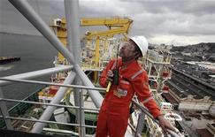 Um funcionário inspeciona uma plataforma costeira de produção, armazenamento e descarregamento de petróleo no porto do Rio de Janeiro. A disputa judicial sobre royalties do petróleo não deverá atrapalhar a realização da rodada de leilões de novas áreas de exploração, que está prevista para ocorrer em maio, disse um diretor da Agência Nacional do Petróleo, Gás Natural e Biocombustíveis (ANP). 17/11/2011 REUTERS/Sérgio Moraes
