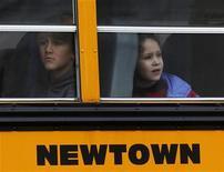 Estudantes viajam em ônibus em Newtown, Connecticut, EUA. 18/12/2012 REUTERS/Eric Thayer