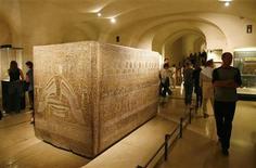 El faraón Ramsés III, cuya muerte ha sido una incógnita para los historiadores durante siglos, fue degollado en un complot sobre su sucesión orquestado por su mujer y su hijo, según indican los nuevos análisis. En la imagen de archivo, visitantes, en torno al sarcófago de Ramsés III en el Museo del Louvre de París. REUTERS/Regis Duvignau