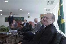 Presidente do Senado, José Sarney (D), faz reunião com senadores no gabinete presidencial no Palácio do Planalto, em Brasília. 13/12/2012 REUTERS/Ueslei Marcelino
