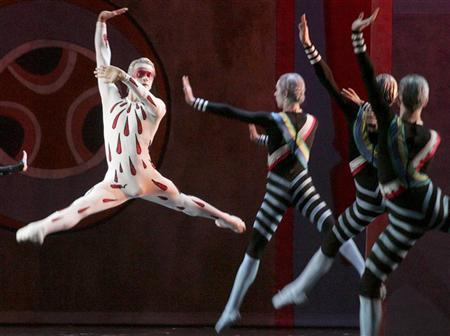 Ballet dancers perform during the premiere of a new production of the Russian composer Sergei Prokoviev's ''Metaphysics'' in the Mariinsky Theatre in St. Petersburg November 15, 2006. REUTERS/Alexander Demianchuk