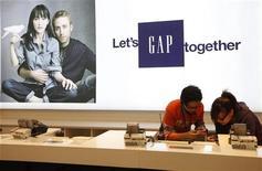 Assistentes de vendas da GAP e Hong Kong são vistos em novembro de 2011. A Gap firmou contrato com a Tudo Bom Comércio para abrir suas primeiras lojas no Brasil no fim de 2013, informou a varejista de vestuário em comunicado nesta terça-feira. 25/11/2011 REUTERS/Tyrone Siu