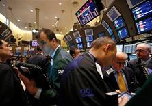 """Las acciones estadounidenses subieron el martes, por lo que el índice S&P 500 logró su mejor alza de dos días en un mes, ante la confianza de los inversores en que los legisladores lograrán un acuerdo para que el país no caiga en el denominado """"abismo fiscal"""", que podría dañar más a la economía local. En la imagen, operadores en la Bolsa de Nueva York, el 14 de diciembre de 2012. REUTERS/Brendan McDermid"""