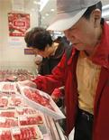 Sul-coreano é visto comprando carne bovina em mercado de Seul, em abril. Desde que o Brasil anunciou o registro de um caso atípico de mal da vaca louca no início do mês, seis importadores de carne bovina brasileira anunciaram embargos totais ou parciais ao produto do país, gerando preocupações sobre os impactos para as vendas externas do maior exportador global. 25/04/2012 REUTERS/Lee Jae-Won