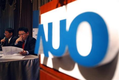 Au Optronics Chief Executive Chen Lai-juh (L) and Chief Finance Officer Andy Yang speak during an investors conference in Taipei April 22, 2010. REUTERS/Nicky Loh