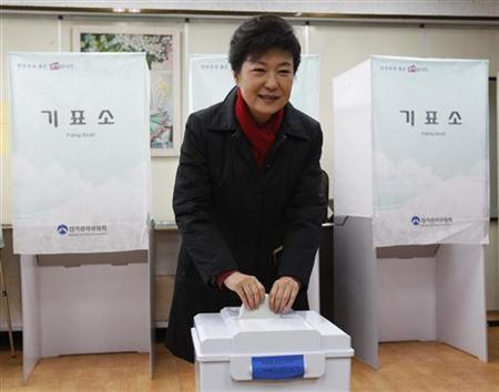 South Korea's presidential candidate Park Geun-hye of conservative and right wing ruling Saenuri Party casts her ballot at a polling station in Seoul December 19, 2012. REUTERS/Kim Hong-Ji