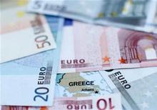 """L'agence de notation Standard & Poor's a annoncé mardi relever la note souveraine de la Grèce, la portant de """"défaut sélectif"""" à B-, ajoutant que la perspective est dorénavant stable. /Photo d'archives/REUTERS/Dado Ruvic"""