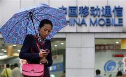 Orange a annoncé lundi un accord de coopération avec China Mobile dans le segment des services mobiles sans contact, ou NFC (Near Field Communication). /Photo prise le 22 octobre 2012/REUTERS/Aly Song