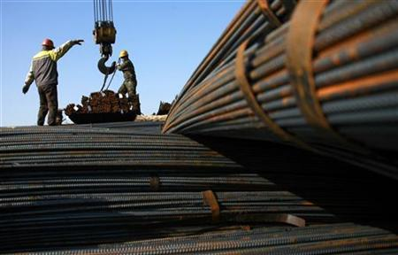 Labourers work at a steel market in Huaibei, Anhui province, December 18, 2012. China's average daily crude steel output fell to 1.945 million tonnes in the first ten days of December, down 0.76 percent from the preceding 10-day period, industry data showed on Monday, as steelmakers reined in production amid weak demand. REUTERS/Stringer (CHINA - Tags: BUSINESS) CHINA OUT. NO COMMERCIAL OR EDITORIAL SALES IN CHINA