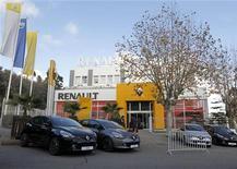 Concession Renault, à Alger. Le constructeur automobile est l'une des valeurs à suivre mercredi à la Bourse de Paris alors que doit être signé ce jour un accord pour la construction d'une usine en Algérie. /Photo prise le 18 décembre 2012/REUTERS/Louafi Larbi