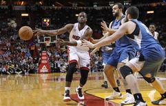Los Heat se sobrepusieron a un diferencial de 28 rebotes para finalmente imponerse el martes por 103-92 a los Timberwolves de Minnesota, que no pudieron contar con Ricky Rubio, con un Dwyane Wade que fue el máximo anotador con 24 puntos. En la imagen, de 18 de diciembre, Dwayne Wade de Miami pasa el balón en el partido contra los Timberwolves de Minnesota. REUTERS/Andrew Innerarity