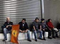 Impiegati in sciopero ad Atene. REUTERS/John Kolesidis