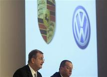 "Wendelin Wiedeking CEO (L) and Holger Haerter CFO of German luxury carmaker Porsche SE address the company's annual news conference in Stuttgart November 26, 2008. Porsche SE will not pay ""ridiculous"" prices for VW shares amid recessionary conditions, it said on Wednesday, backing away from its previous target to take majority control of Europe's biggest carmaker by the end of the year. REUTERS/Michael Dalder (GERMANY)"