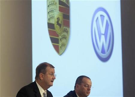 Wendelin Wiedeking CEO (L) and Holger Haerter CFO of German luxury carmaker Porsche SE address the company's annual news conference in Stuttgart November 26, 2008. Porsche SE will not pay ''ridiculous'' prices for VW shares amid recessionary conditions, it said on Wednesday, backing away from its previous target to take majority control of Europe's biggest carmaker by the end of the year. REUTERS/Michael Dalder (GERMANY)