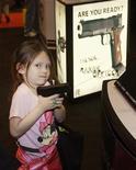 La Asociación Nacional del Rifle (NRA, por sus siglas en inglés) dijo el martes que quiere contribuir de manera significativa a evitar otra masacre como la de Connecticut, lo que podría sugerir un cambio drástico en el tono del mayor grupo estadounidense defensor del derecho a portar armas. Imagen de una niña con una pistola en una feria de la NRA celebrada en Misuri el pasado mes de abri. REUTERS/Tom Gannam