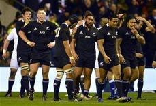 L'année 2011 s'était achevée sur le triomphe des All Blacks, sacrés champions du monde pour la seconde fois depuis 1987 et devant leur public. Les Néo-Zélandais ont ensuite gagné les six matches de leur campagne du Four Nations, en sont sortis avec le titre, la Bledisloe Cup. Lors de leur tournée d'été, la Nouvelle-Zélande a balayé l'Ecosse, l'Italie et le Pays de Galles. Mais ce sont les Anglais qui ont réussi l'exploit de novembre: faire tomber les All Blacks 38-21 à Twickenham (photo). /Photo prise le 1er décembre 2012/REUTERS/Dylan Martinez