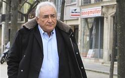 Ex-chefe do FMI Dominique Strauss-Kahn deixa seu apartamento, em Paris. Uma corte francesa rejeitou um pedido de Strauss-Kahn para abandonar o inquérito sobre crime sexual pelo qual ele corre risco de ser julgado por acusações de negociar prostituas. 10/12/2012 REUTERS/Gonzalo Fuentes