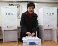 Candidata conservadora Park Geun-hye aparece com 50,1 por cento dos votos em boca de urna contra 48,9 por cento do candidato de esquerda Moon Jae-in. 19/12/2012 REUTERS/Kim Hong-Ji